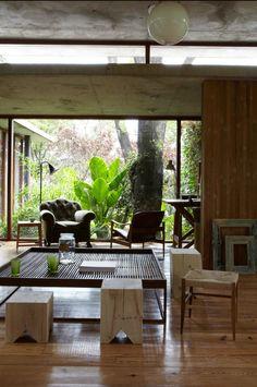 Así es Casa Máspero  La vivienda posee una estructura mixta de hormigón y hierro, con paredes de retak revestidas en madera y carpinterías en madera lapacho.