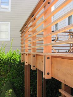 Horizontal wood railing, I like the exposed hardware, the thickness of the horizontal beams, and the spacing between them Horizontal Deck Railing, Wood Deck Railing, Deck Railing Design, Deck Stairs, Deck Design, Deck Railing Ideas Diy, Decking Handrail, Cable Deck Railing, Trex Decking