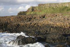 La costa di Antrim, in Irlanda, è davvero particolare per la presenza di basalti colonnari, colonne di lava che si estendono per 275 metri sulla costa e 150 metri in mare. Ogni colonna è un parallelepipedo regolare, a base generalmente esagonale, a volte quadrangolare, pentagonale o decaedrica. La loro regolarità può far pensare che siano opera dell'uomo. Vista dall'altro, infatti, questa distesa di colonne di pietra può essere facilmente scambiata per una strada lastricata.