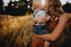 Mama snuggles ♥️I love the moments. Right in the middle of all the chaos, is a precious moment between mother and son. Family Photos With Baby, Outdoor Family Photos, Fall Family Pictures, Family Portrait Poses, Family Picture Poses, Mother Baby Photography, Family Photography, Mother Son Pictures, Kind Photo