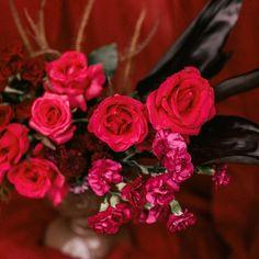 """53 curtidas, 4 comentários - As Floristas por Carol Piegel (@asfloristas) no Instagram: """"Um close no detalhe! ⠀⠀⠀⠀⠀⠀⠀⠀⠀ Assim como nos arranjos, cada decoração é única, e os detalhes são o…"""" Rose, Floral, Flowers, Plants, Instagram, Design, Florists, Pink"""