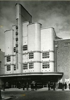 Streamline Moderne Art Deco theatre Odeon Deptford, London opened in Architect George Coles designed several other Odeon Cinemas for Oscar Deutsch. Architecture Cool, London Architecture, Industrial Architecture, Art Deco Stil, Art Deco Home, Art Nouveau, Streamline Moderne, Art Deco Buildings, Art Deco Period