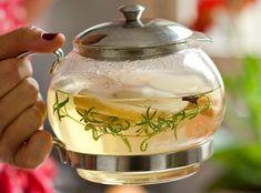 O bule transparente deixa à mostra as ervas, cravos e algumas fatias de maçã. Além de dar mais sabor à bebida, conferem a ela um visual especial
