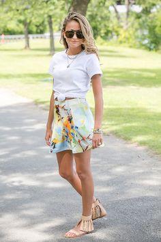 Una simple camiseta blanca amarrada con un nudo, una falda más estilosa y sandalias.   19 Lecciones de moda directamente desde las calles de Nueva York