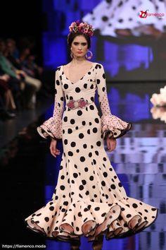 "SONIBEL ""Candela Viva"" - Simof 2018 | Moda Flamenca - Flamenco.moda Hijab Fashion, Fashion Show, Fashion Dresses, African Bridesmaid Dresses, Flamenco Costume, Fashion Terms, Cute Dresses, Formal Dresses, Spanish Fashion"