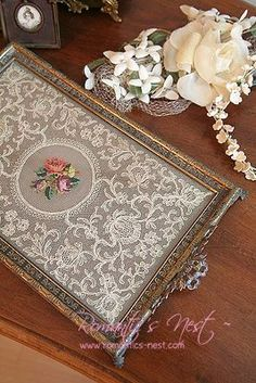 Simple and Modern Tips Can Change Your Life: Shabby Chic Vanity Dressing Area shabby chic fabric decor. Shabby Chic Crafts, Vintage Crafts, Vintage Shabby Chic, Shabby Chic Decor, Vintage Lace, Diy And Crafts, Arts And Crafts, Doilies Crafts, Frame Crafts