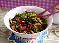 Unser beliebtes Rezept für Stir-fried Filet mit Sesamgemüse und mehr als 55.000 weitere kostenlose Rezepte auf LECKER.de.