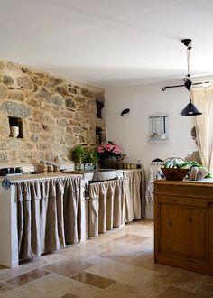 Kitchen -- Una casa rural que despierta los sentidos / A cottage that awakens the senses : Vicky's Home Decor, Farmhouse Kitchen Decor, House Design, Small Space Interior Design, Home, Kitchen Decor, House Interior, Cabin Kitchens, Kitchen Design