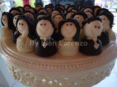 Mini bombons de chocolate com modelado de noivinhos.