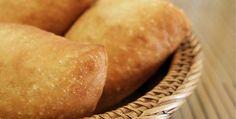 A massa desse pastel parece com a de um pão, mas fica fininha, dourada e é recheada com muito queijo. Confira essa e outras receitas no DigaMaria!