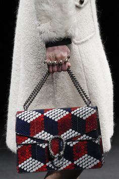 The complete Gucci Fall 2016 Ready-to-Wear fashion show now on Vogue Runway. Gucci Handbags, Purses And Handbags, Designer Handbags, Fashion Bags, Fashion Show, Milan Fashion, Gucci Fashion, Leather Fashion, Runway Fashion