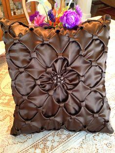 Brown pillow circles and diamonds shape! Smocking Tutorial, Smocking Patterns, Sewing Patterns, Fabric Crafts, Sewing Crafts, Sewing Projects, Projects To Try, Sewing Pillows, Diy Pillows