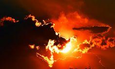 Fotoimmagini: IL GRAN FINALE Il gran finale. In un ultimo spasmo di rosso si accende, il sole che nasce, il sole che scende. E' come la vita, dall'alba al tramonto, che l'astro scandisce con il suo girotondo.  Photo by Paolo Penna.