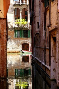 VENICE CANAL ~ ITALY   (I CAN'T COMPREHEND THAT PEOPLE LIVE AND TRAVEL ON THESE BEAUTIFUL WATERS)