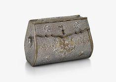 """Die älteste Handtasche in der Geschichte der Menschheit wurde entdeckt. Es handelt sich dabei um eine 700 Jahre alte Clutch!  Für die meisten von uns ist eine """"vintage"""" Handtasche eine, die wir aus Oma's Kleiderschrank stibitzt oder in einem Second Hand Laden entdeckt haben. Bei dieser Handtasche geht man aber davon aus, dass sie die älteste der Welt ist! Faszinierend, oder? :)"""