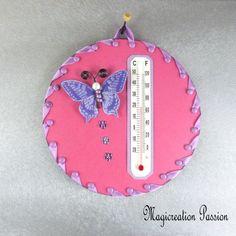 Thermomètre rose papillon violet sur cd - Un grand marché Papillon Violet, Decoration Photo, Creations, Christmas Ornaments, Support, Holiday Decor, Dimensions, Crochet, 3d