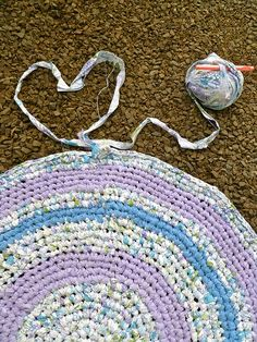 I did mention when I was making my Rag Rug that I could do a tutorial...    But after a lot of google searching I found some great gals that...