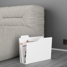 Ispirato all'icona della cartella del pc, <strong>Folder</strong> è un portariviste realizzato da un unico foglio d'acciaio tagliato al laser e piegato. Un design semplice ed eccezionale che è perfetto sia a casa che in ufficio.  Disponibile su Lovli anche in grigio.