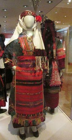 """Παραδοσιακή φορεσιά παντρεμένης με γαλάζιο,""""φουντωτό"""" σαγιά απο την Πυλαία Θεσσαλονίκης./(Λαογραφικό και Εθνολογικό Μουσείο Μακεδονίας - Θράκης)"""