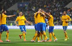 Fernando Llorente of Juventus celebrates with his teammates after... ニュース写真 487217761