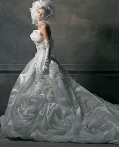 桂由美ブライダルハウス(Yumi Katsura Bridal House) 大輪のバラと手刺繍の技が花嫁をよりエレガントに演出するビッグトレーンのドレス