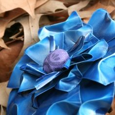 Flowers from pop cans- how easy! Just scissors, a couple of cans, an earring and spray paint needed! Metal Flowers, Faux Flowers, Diy Flowers, Fabric Flowers, Paper Flowers, Soda Can Crafts, Cute Crafts, Diy Crafts, Soda Can Flowers