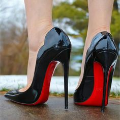 Black patent pumps. Christian Louboutin Hot Chick. Tacchi Close-Up #Shoes #Tacones #Heels