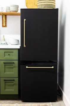 8 Clever Ways to Make Cheap Appliances Look So Much Better Cheap Appliance Makeovers – Refrigerator Paint, Covers Refrigerator Makeover, Paint Refrigerator, Painted Fridge, Apartment Refrigerator, Refrigerator Panels, Refrigerator Covers, Cheap Appliances, White Appliances, Bosch Appliances