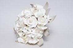 www.eljardindepapel.es Handcrafted bridal bouquet made of Washi paper flowers with antique bronze studs // Ramo de novia elaborado con dos tonos de papel japonés Washi de producción artesanal y tachuelas de bronce envejecido. Nuestros ramos de novia no se marchitan y son un recuerdo imperecedero