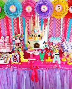 Great ideas for a Disney Princess Birthday Party, especially this dessert table Disney Princess Birthday Party, Princess Theme Party, Princess Cupcakes, Cinderella Party, Festa Party, 4th Birthday Parties, Birthday Ideas, 5th Birthday, Themed Parties