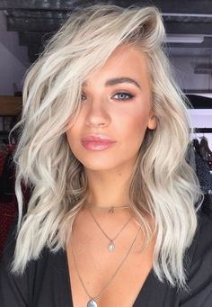 Platinum silver white hair color with texture and waves - Lange Haare Silver White Hair, White Blonde Hair, Blonde Color, Silver Platinum Hair, Platinum Blonde Hair Color, Blonde Hair Makeup, Silver Hair Colors, White Blonde Highlights, Cool Blonde Hair