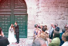 La salida de la iglesia / The exit of the church #boda #novios #iglesia #invitados #petalosderosa #church #wedding #guests
