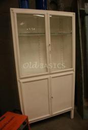 http://www.old-basics.nl/webwinkel/kasten/7/#    Apothekerskast 10058    Artikelnummer: 10058    Afmeting (lxdxh): 90x37x176cm.  Beschikbaarheid: 1 op voorraad    Origineel oude ijzeren apothekerskast op rechte pootjes. De kast heeft nog de originele glazen planken.