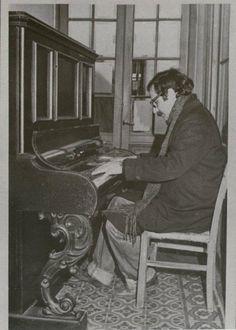 """Leo Maslíah """"Caminábamos por una calle entre la Unión y Villa Española con Roberto Mouriño y se veía ese piano en la entrada de una casa. Tocamos timbre y preguntamos si nos dejaban hacer una foto ahí. Roberto estaba con la cámara. Nos dejaron."""""""