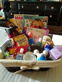 Geschenkkorb Inhalt mit vielen Kosmetikartikel und Illustrierte perfekt für Muttertag