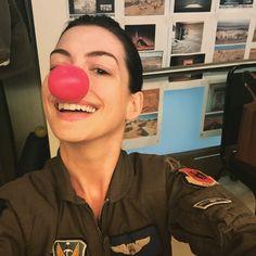 Pin for Later: Die Stars unterstützen eine gute Sache mit lustigen Fotos Anne Hathaway