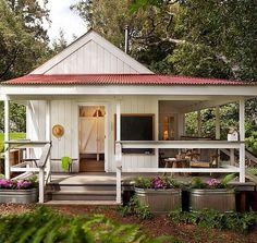 Inspiração para casinha para a beira do Rio com estrutura de banheiro e apoio de churrasqueira, com caramanchão anexado onde ficará a mesa de madeira.