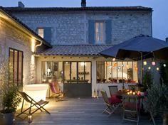 Près d'Angoulême, une bâtisse en pierre de 1860, composée de deux bâtiments, a séduit un couple...