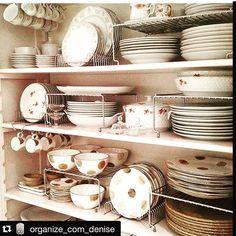 """""""Armário de louças dos sonhos. Super bem organizado pelo @organizecomdenise Nessa organização ela utiliza organizadores de pratos, organizadora de xícaras…"""""""