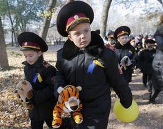 """Crianças ucranianas participaram do encontro """"Obrigado pela Vida"""" perto do monumento às vítimas do massacre nazista, em Kiev, para lembrar o 70º aniversário da libertação da Ucrânia de ocupação nazista durante a Segunda Guerra Mundial (Foto: Sergey Dolzhenko/EFE) - http://epoca.globo.com/tempo/fotos/2014/10/fotos-do-dia-28-de-outubro-de-2014.html"""