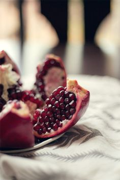 how to (easily) eat a pomegranate