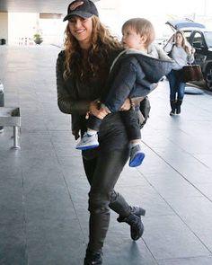 LAS CADERAS TABASCO: Foto: Shakira y Sasha en el Aeropuerto de Barcelon...