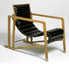 Fauteuil Transat, 1926-1929, Sycomore verni, acier nickelé, cuir synthétique. Mobilier provenant de la villa E 1027 © Centre Pompidou / Jean-Claude Planchet