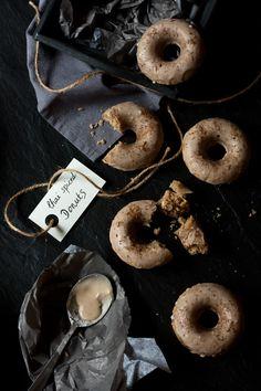 Meine ersten Donuts! Wie so oft waren die traumhaften Rezepte auf anderen Blogs für den Haben-Will Faktor einer Donut-Form verantwortlich. Donuts gehören so an sich nämlich nicht unbedingt zu meine…