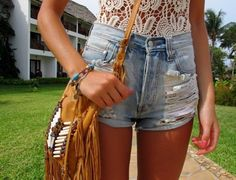 Imagen vía We Heart It https://weheartit.com/entry/132119504/via/19086949 #bangs #girly #house #indie #jeans #short #vintage