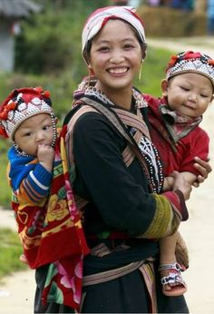 Babywearing in Vietnam Beautiful Smile, Beautiful People, Costume Ethnique, Happy Baby, Smiles And Laughs, Child And Child, Mothers Love, Mother And Child, Mom And Baby
