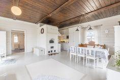 Hirsitalon tilava tupakeittiö ihastuttaa Modern Rustic Interiors, House In The Woods, Kitchen Island, Sweet Home, Villa, Farmhouse, Cottage, Inspiration, Home Decor