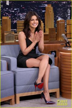 Priyanka Chopra Has A Wing-Eating Contest with Jimmy Fallon - Watch Here!: Photo Priyanka Chopra is all smiles while making an appearance on The Tonight Show Starring Jimmy Fallon on Thursday (March in New York City. Actress Priyanka Chopra, Priyanka Chopra Hot, Bollywood Actress, Shraddha Kapoor, Ranbir Kapoor, Deepika Padukone, Talons Sexy, Low Cut Dresses, Nouveau Look