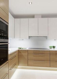 Cores de armários ótimas, fogão liso... perfeito! Subway tiles nas paredes e pedra de granito mais pra bege.