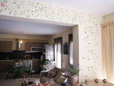 Κλαδί με τριαντάφυλλα σε σαλόνι ζωγραφική στον τοίχο